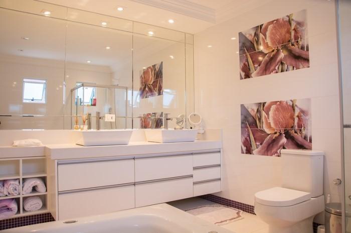 Añadir un gran espejo encima del lavabo