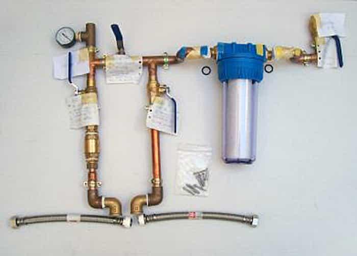 Descalcificador electrónico instalado en el sistema de fontanería