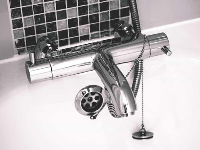 Juntas de la bañera selladas con silicona