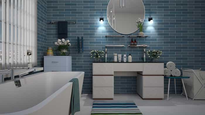 Salle de bain propre avec des produits recommandés pour nettoyer les tuyaux