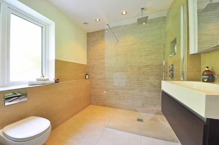Baño reformado con una ducha de obra instalada