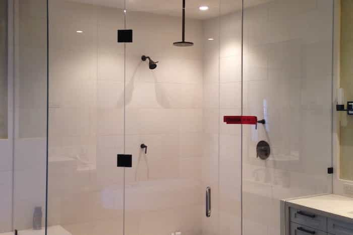 Ducha de obra en cuarto de baño blanco minimalista