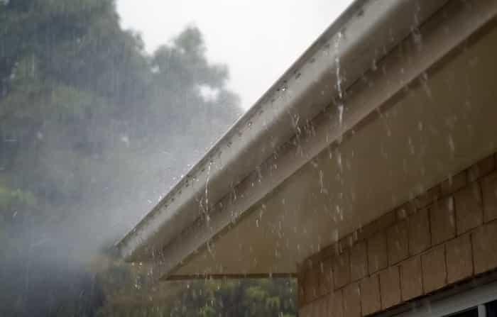 Filtración del agua por la fachada que produce una gotera en el techo del interior