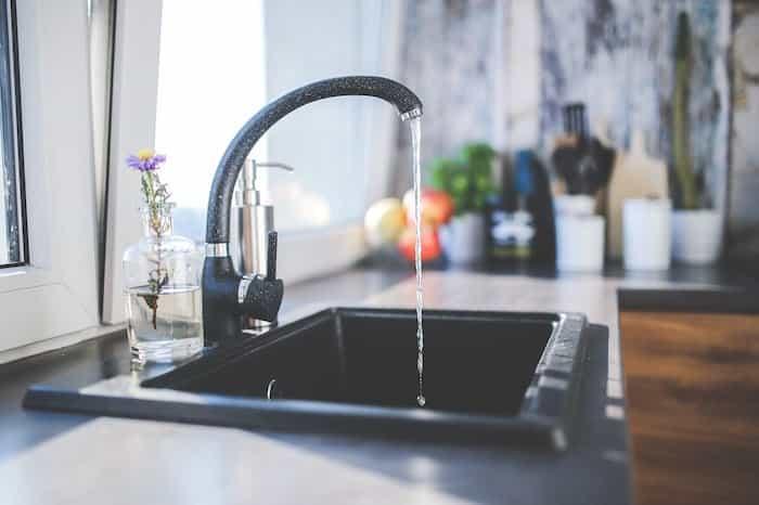 Grifo con un purificador de agua instalado
