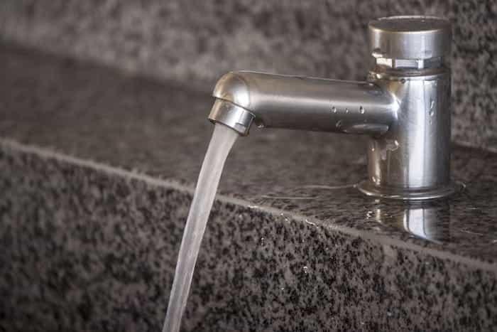 Funcionamiento correcto de la salida de agua de un grifo sin aire en las tuberías