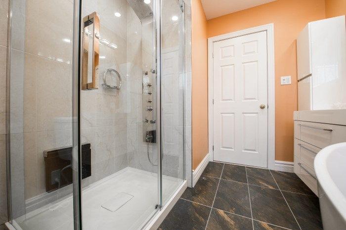 Cabina de hidromasaje en un baño pequeño