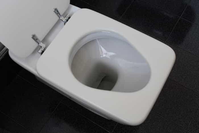 Inodoro de un cuarto de baño pequeño