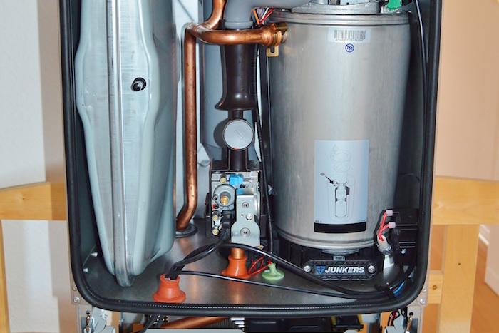 Interior de un calentador de gas limpio